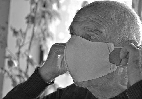 Alter Mann mit Maske