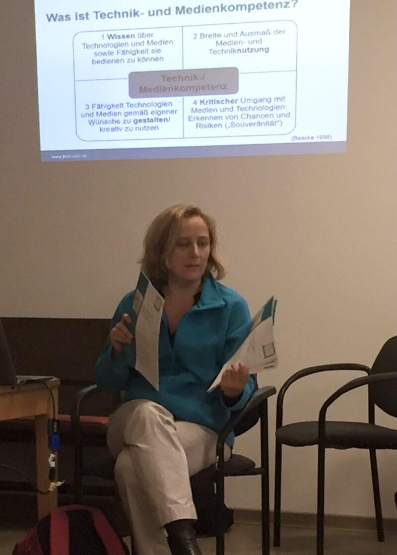 Nicola Röhricht sitzt vor ihrer Präsentation