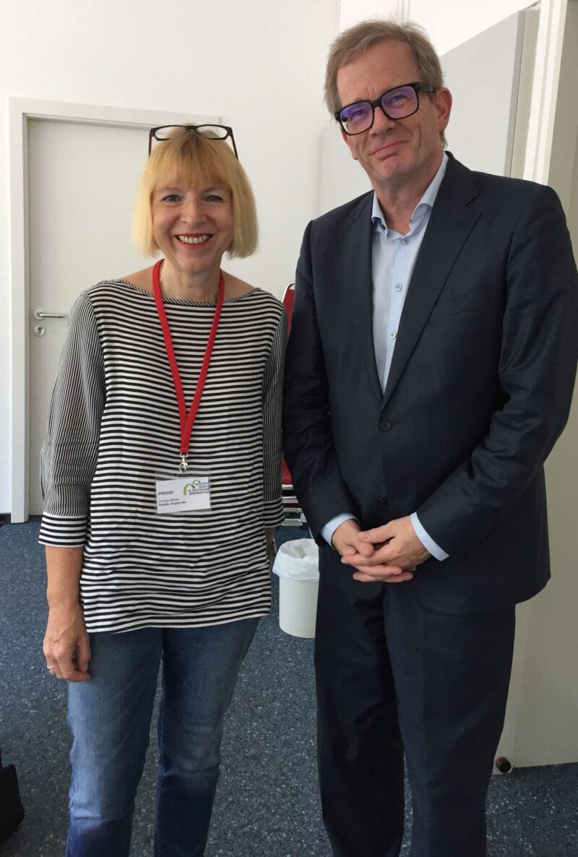 Professor Kruse steht neben Christa Möller-Metzger