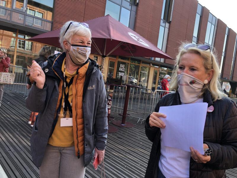 Dagmar Hirche steht beim internationalen Seniorentag draußen mit Christine Worch