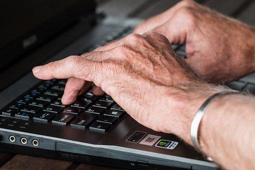 Hände schreiben am Computer